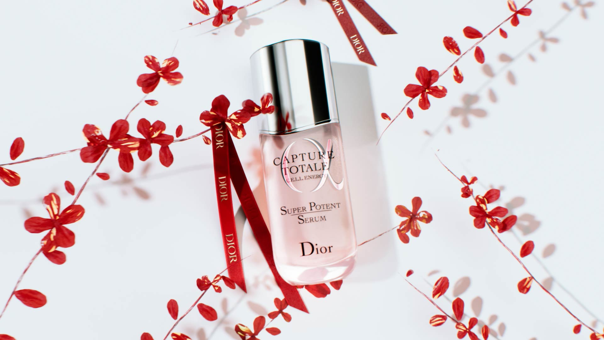 Visuel 3D du Nouvel An chinois pour Dior Capture Totale avec fleurs et rubans rouges